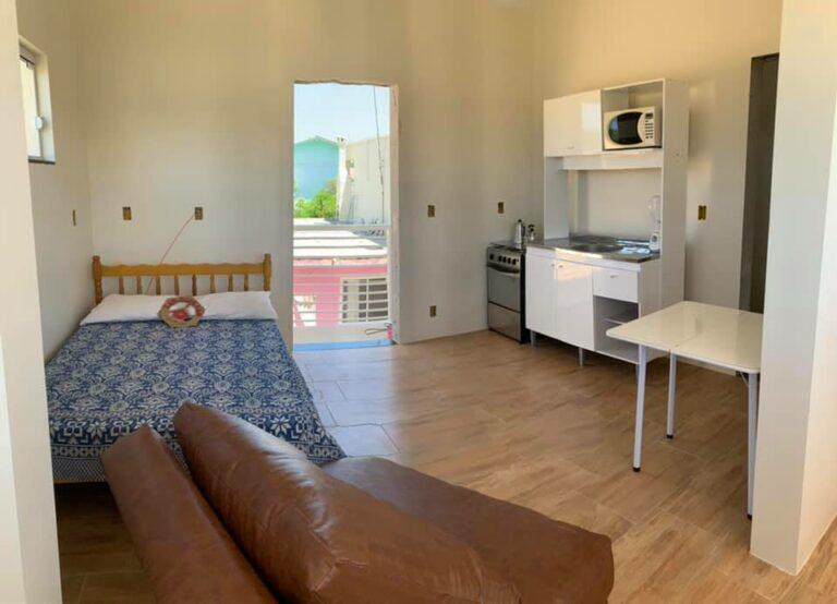 Loft/Kitnet – (Quarto e cozinha conjugado, com 1 banheiro e ar condicionado)
